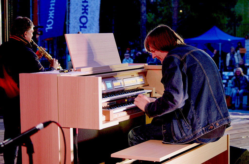 Авторская музыка челябинского органиста Владимира Хомякова стала частью художественной выставки «