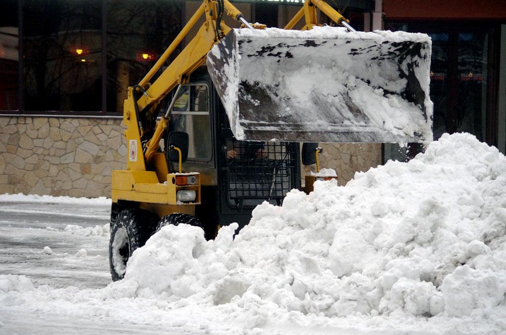 Чистить дворы и тротуары от снега в районах Челябинска особенно не торопятся. Управление благоуст