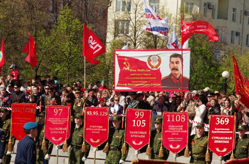 В Челябинске памятные мероприятия начались у мемориала Вечный огонь на Аллее Славы. В торжественн
