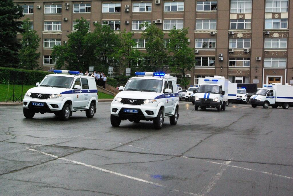 Автомобильный парк полиции Челябинской области пополнился новыми машинами. Стражам порядка вручил