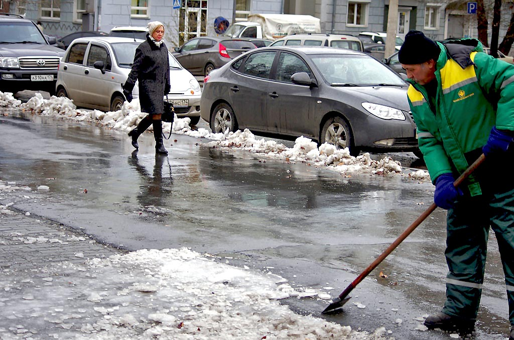 «Мы смотрим работу глав районов по уборке тротуаров и внутриквартальных проездов, – рассказал Теф