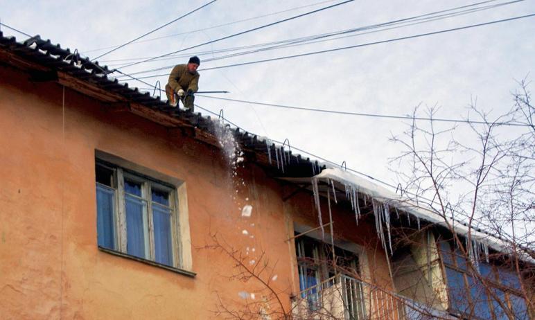 В Челябинске коммунальщики продолжают уборку крыш домов от снега, наледи и сосулек. На эти работы