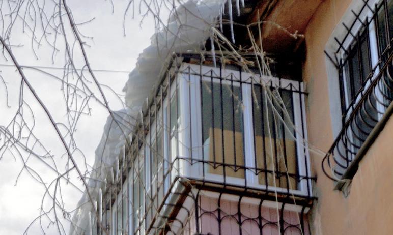 Челябинские коммунальщики начали борьбу с сосульками, чтобы обезопасить жителей южноуральской сто