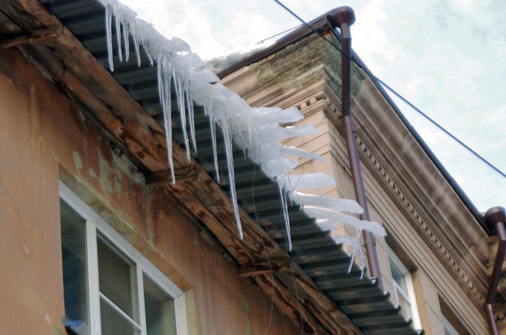 Инцидент произошел на улице Пушкина в поселке Увельский. Сошедший с крыши многоква