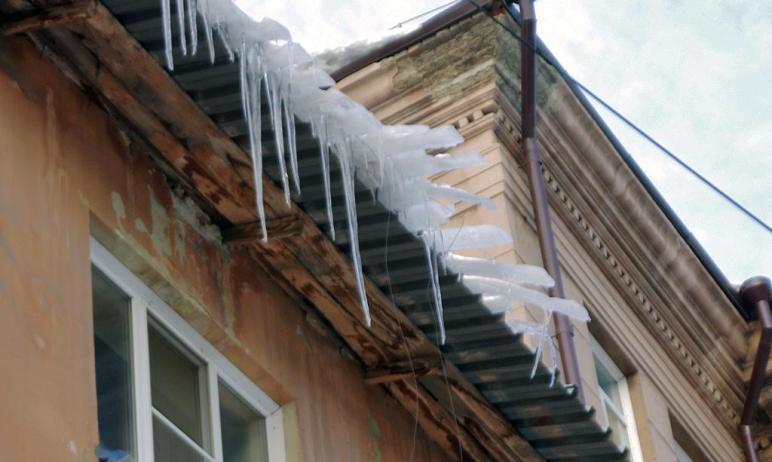 Теплая погода добавляет работы коммунальщикам Челябинска. Подтаявший на солнце снег может упасть