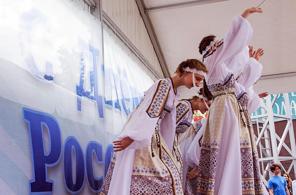 Большинству челябинцев нравится современное название праздника, который в стране отмечается 12 ию