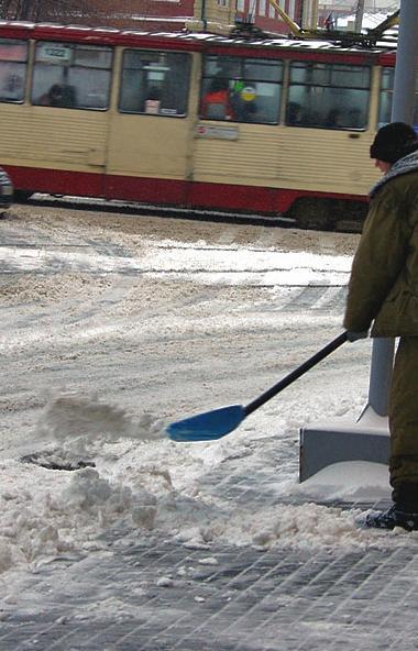 По состоянию на 12 часов дня на автомобильных дорогах Челябинской области работает 169 единиц сне