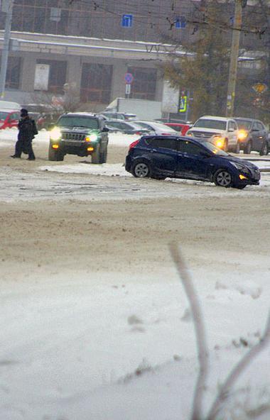 Снег, который минувшей ночью выпал в Челябинске, значительно осложнил ситуацию на дорогах в облас