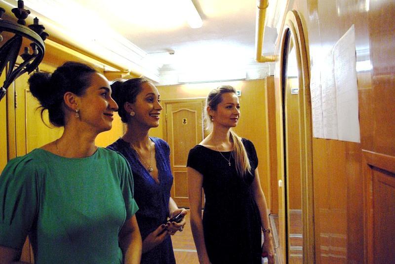 Женские и мужские голоса оперных певцов были слышны уже за несколько десятков метров до театра оп
