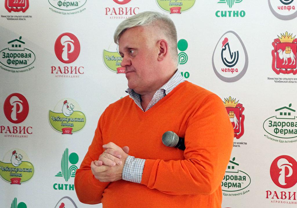 Генеральный директор агрохолдинга «Равис» Андрей Косилов поздравляет южноуральце