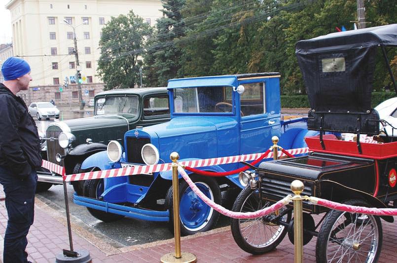 На Театральной площади состоялась выставка ретро автоехники. В горсаду имени Пушкина одновременно