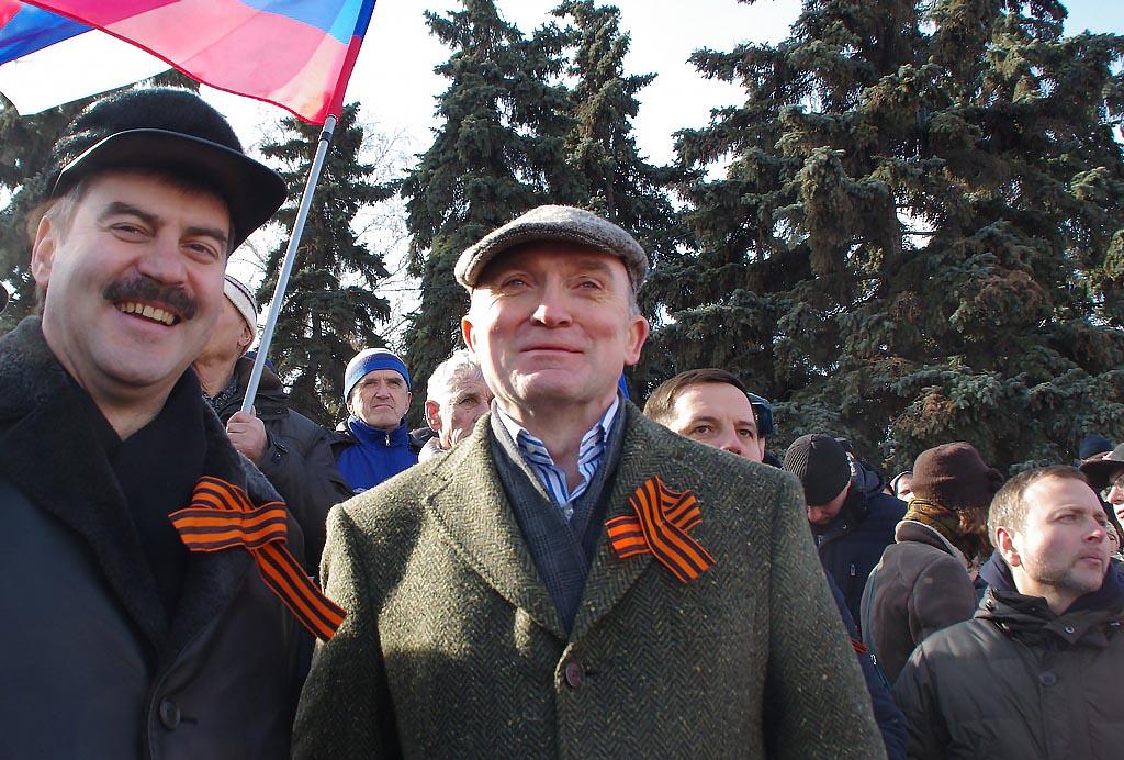 Около 15 тысяч человек — и вместе с ними губернатор Борис Дубровский — на праздничном митинге-кон