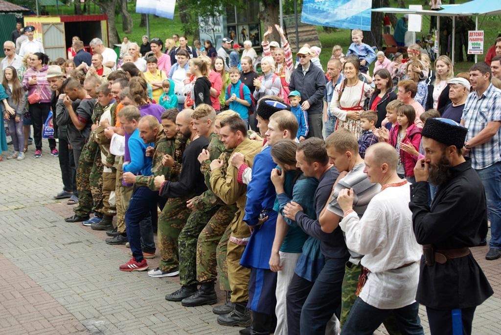 В этом году, несмотря на небольшой дождь, народные гуляния посетили более пяти тысяч человек. Все