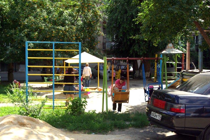 В Челябинске заработала горячая линия по вопросам благоустройства и ремонта дворов, куда горожане