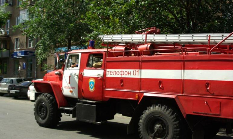 Сегодня, 14 мая, в Челябинске вспыхнуло заброшенное здание. Огонь, по предварительным данным, пер