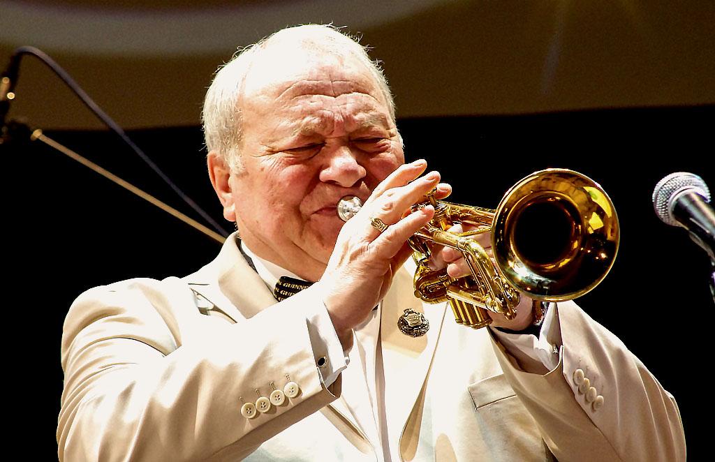 Игорь Владимирович родился в 21 декабря 1944 года в Челябинске. Рос в музыкальной семье. В детски