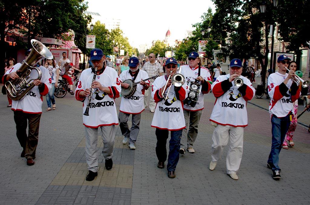 С 18 до 20 часов музыканты в майках «Трактора» и вместе с талисманом клуба Белым медведем дефилир