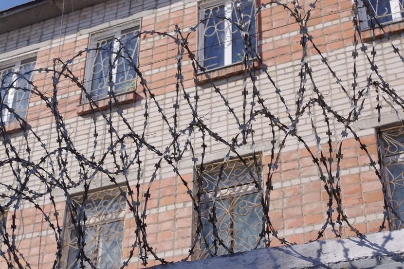 В ночь на девятое мая текущего года осужденный проходил мимо дома, где живут его бабушка и двоюро
