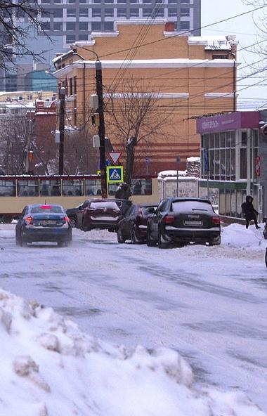 Госавтоинспекция Челябинска просит водителей не оставлять автомобили на обочинах. Они мешают норм