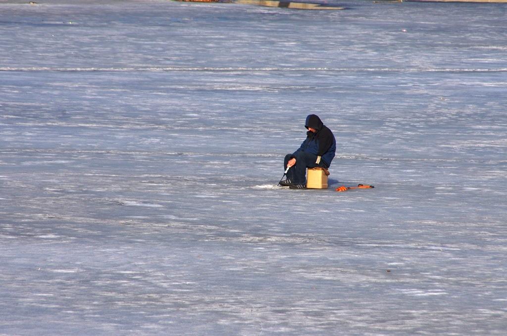 Рыбак самостоятельно добрался до берега реки, позвонил сыну и сообщил о своем положении, после че