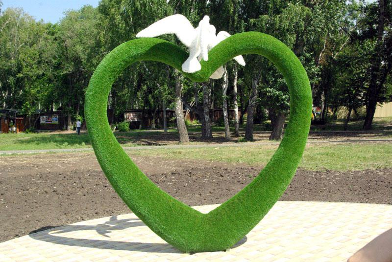 В Челябинске в городском парке «Сад Победы» 9 июля открыли Аллею Любви, Семьи и Верности. Такой п