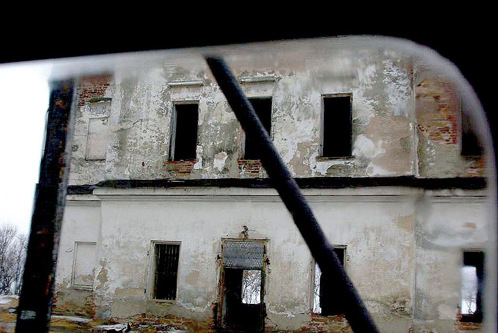Сельский глава «превратил» школу в жилой дом и продал квартиры, жить в которых нельзя. В Ч