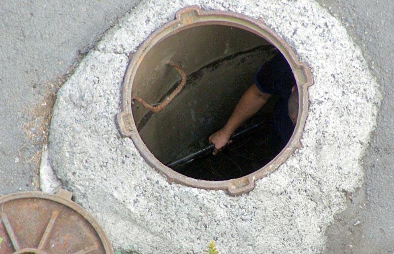 Сегодня, 4 декабря, произошла утечка из колодца, расположенного рядом с улицей Гольца. Уже два ча
