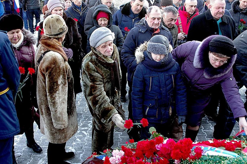 В Челябинске сегодня, 15 февраля, сотни людей - военные и гражданские - пришли на Аллею Славы, чт