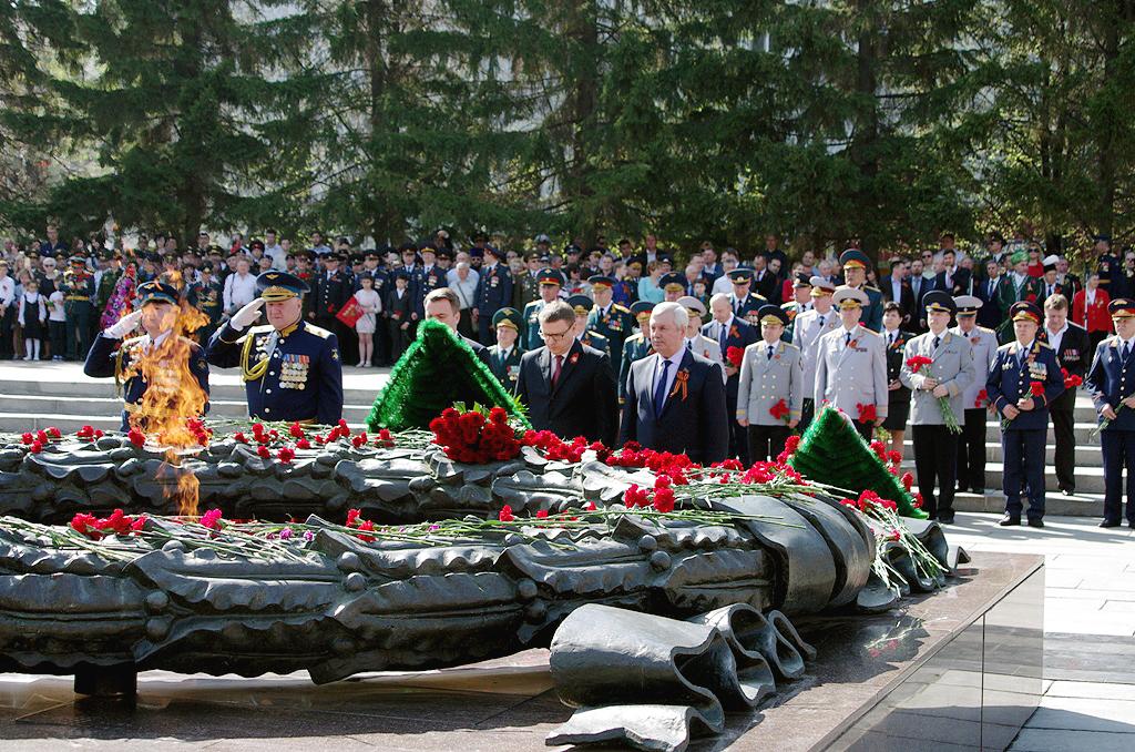 Церемония возложения цветов и венков к Вечному огню на Аллее Славы в Челябинске открыла череду пр