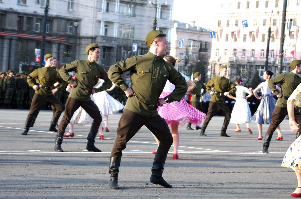 Сегодня, 8 мая, актёры Челябинского академического театра драмы имени Н.Орлова поздравят своих зе