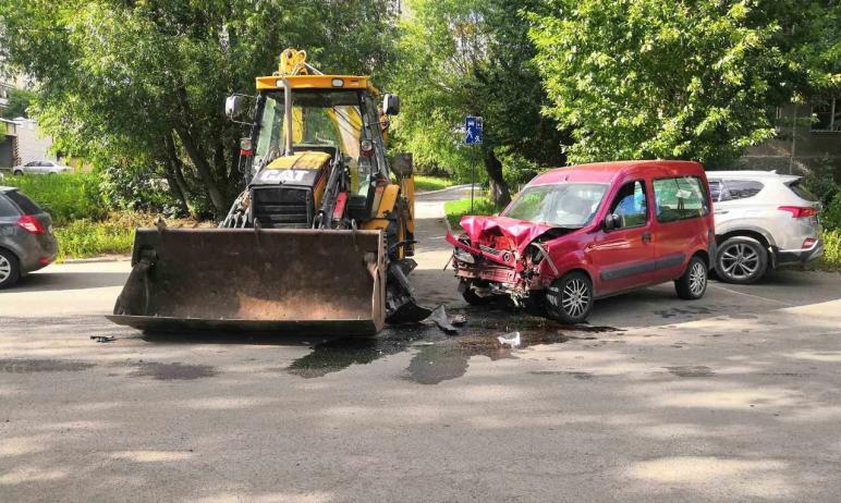 В Челябинске водитель погрузчика спровоцировал ДТП, в котором пострадали два человека.