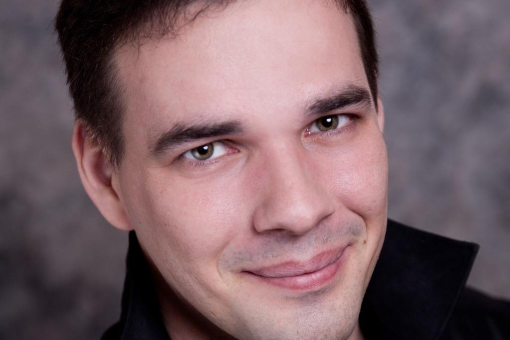 Владимир родился и вырос в Магнитогорске. «Владимир окончил Музыкальный колледж Магнитогорской го
