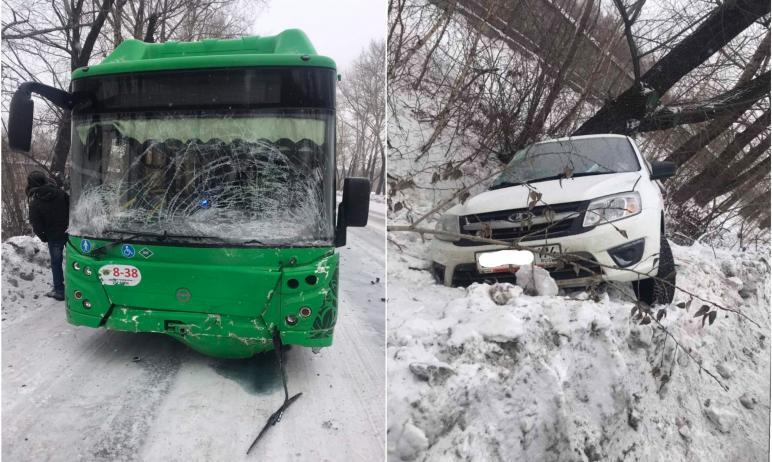 Сегодня, 11 февраля, в Челябинске произошло столкновение автобуса «Лиаз» и машины Lada Granta. Во