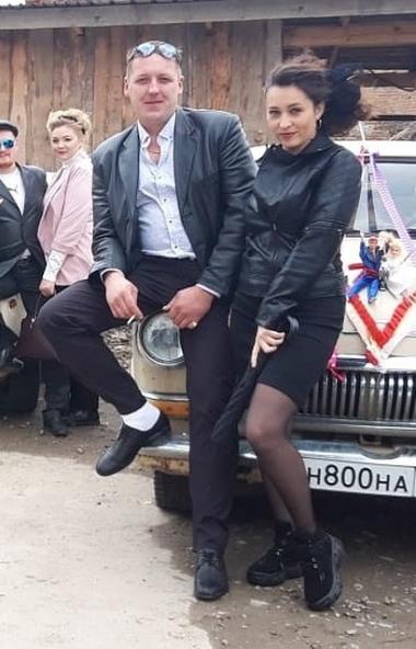 Молодая пара из Нязепетровска (Челябинская область) сыграла ретро-свадьбу в стиле 90-ых. Идея при