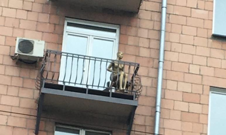 Жители Челябинска заметили на балконе дома по улице Цвиллинга (что символично, в этом здании живе