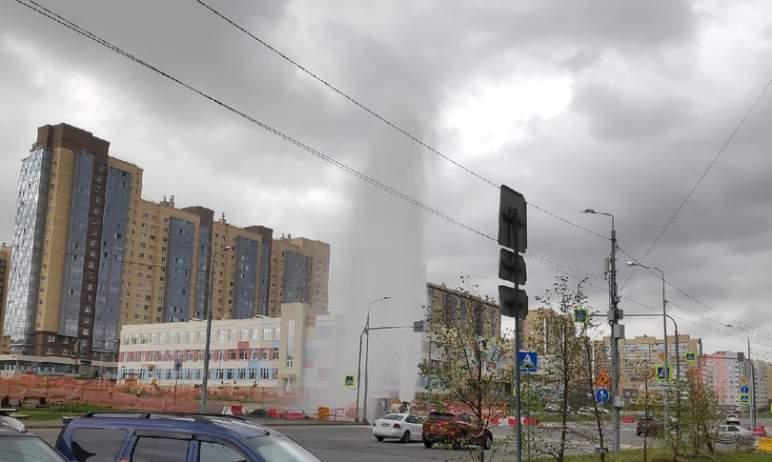 В пятницу, шестого августа, на Северо-Западе Челябинска из-под земли забил мощный фонтан воды. По