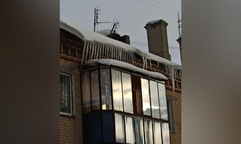 В Магнитогорске жители дома на Левом берегу рассказали о гигантских сосульках, которые свисают с
