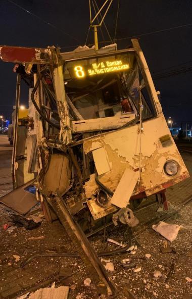 В Челябинске в трамвай восьмого маршрута влетела фура. Столкновение произошло в 23 часа 27 минут