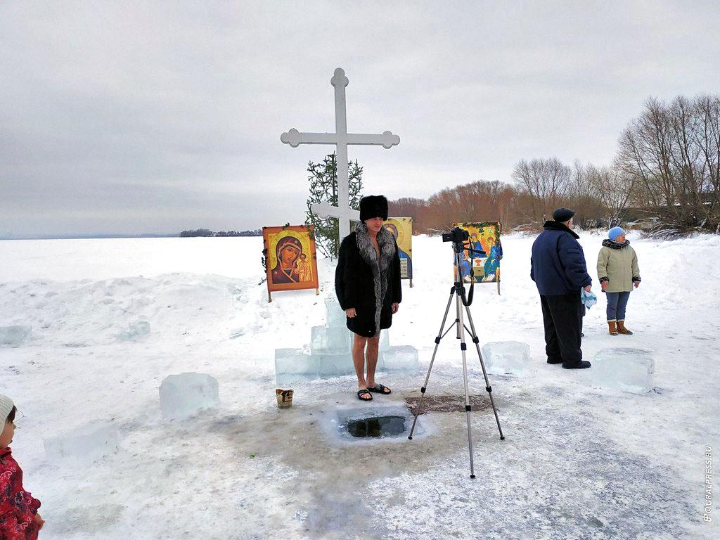 В Челябинске в субботу, 19 января, горожане отметили большой православный праздник - Крещение Гос