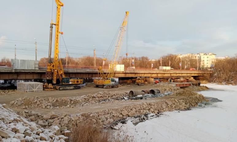 В Челябинске на закрытом на реконструкцию Ленинградском мосту обустраивают временный пешеходный п