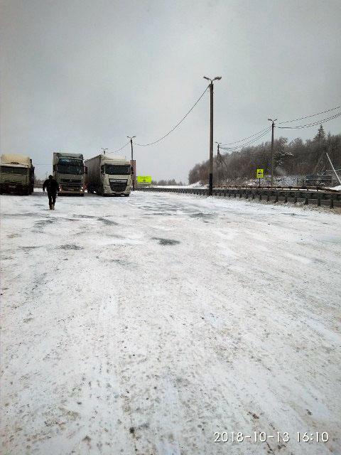 Временный снежный покров и наледь на дорогах в Челябинской области осложнили движение автомобильн