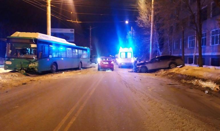 В Челябинске автоледи врезалась в автобус. Сначала она выехала за пределы проезжей части, а затем