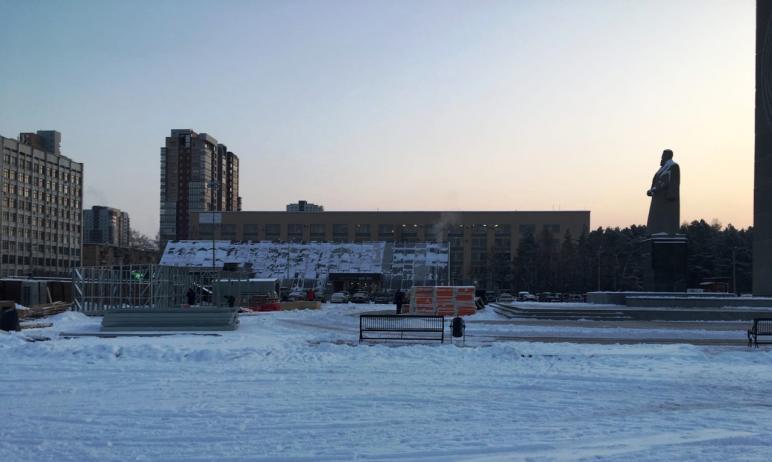 В Челябинске вновь разразился скандал из-за территории возле памятника Курчатову, где рабочие при