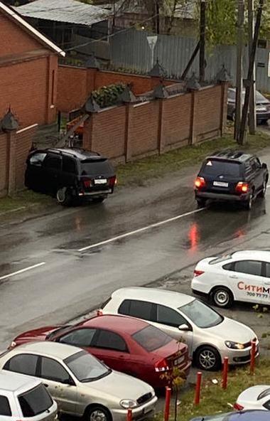 В Челябинске иномарка после столкновения с другим внедорожником въехала в забор частного дома. На