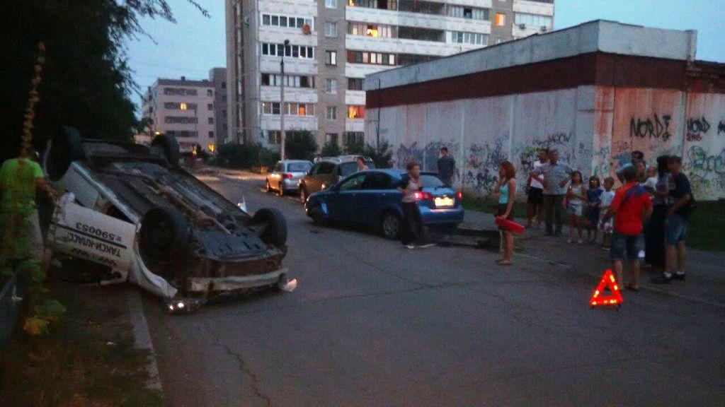 Авария произошла вечером 24 августа на улице Звенягина. «В квартале за «Форумо