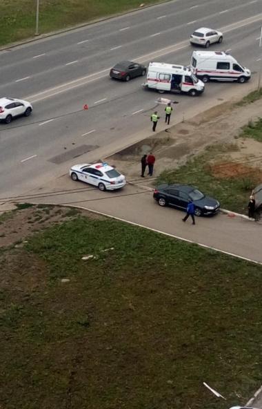 На северо-западе иномарка сбила мужчину, который перебегал дорогу в неположенном месте. От получе