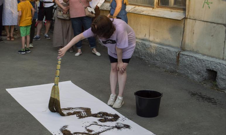 На открытии биеннале в Челябинске устроили перфоманс