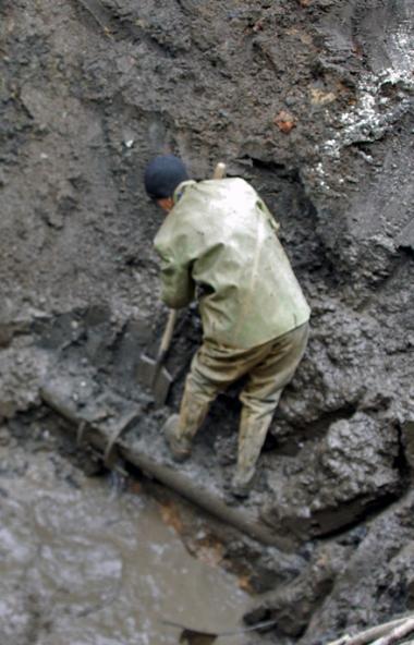 Подрядная организация ООО «Регион» приостановила работы по укладке нового водовода в микрорайоне