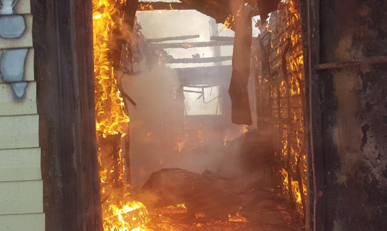 В селе Агаповка (Челябинская область) сгорел частным дом. В сильный мороз на мансардном этаже зам