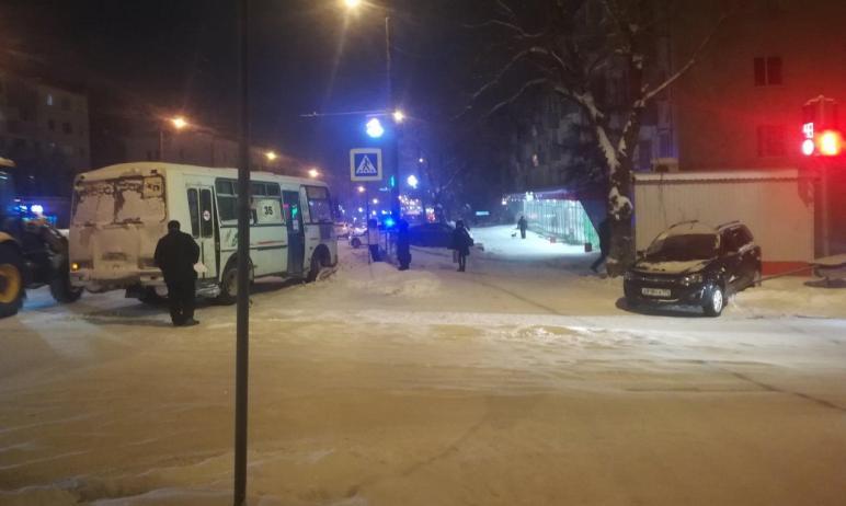 В Челябинске маршрутка врезалась встолб. Пострадали четыре пассажира и водитель. Он госпита